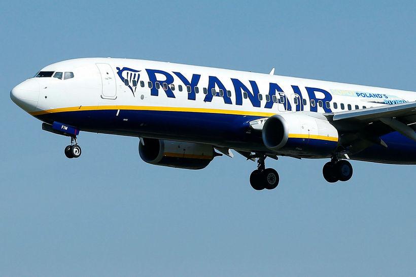 Viðbrögð flugáhafnar Ryanair vegna mannsins hafa vakið mikla reiði.