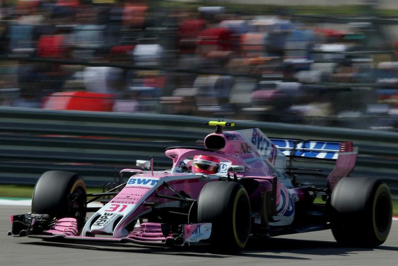 Esteban Ocon á ferð á Force India bílnum í kappakstrinum ...