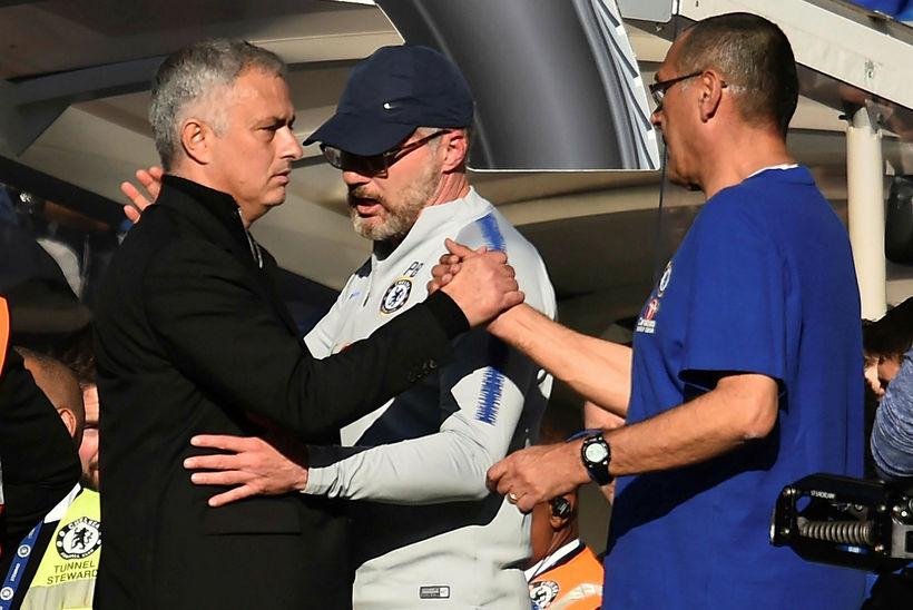 José Mourinho og Maurizio Sarri takast í hendur eftir leik.