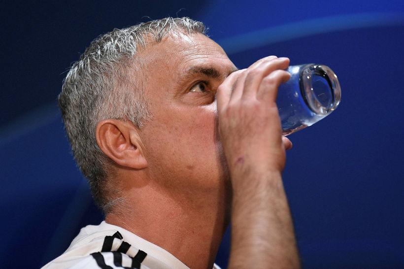 Mourinho fær sér vatnssopa á fréttamannafundinum í dag.