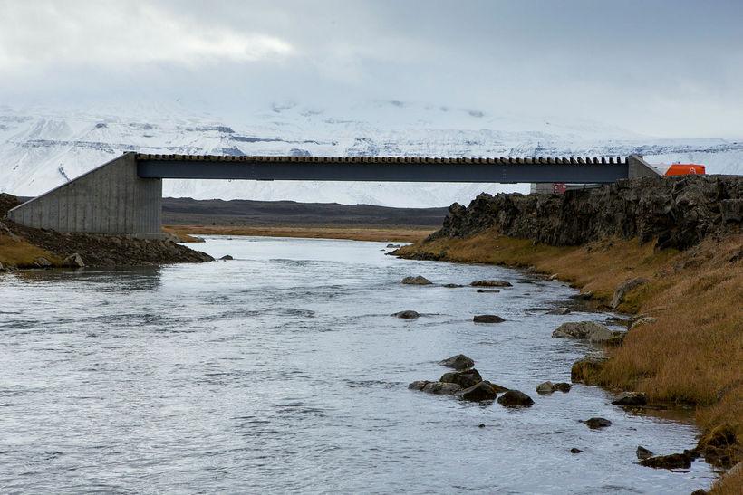 Brúin stendur hátt í Norðlingafljóti. Yfir gnæfir Eiríksjökull með sínum ...