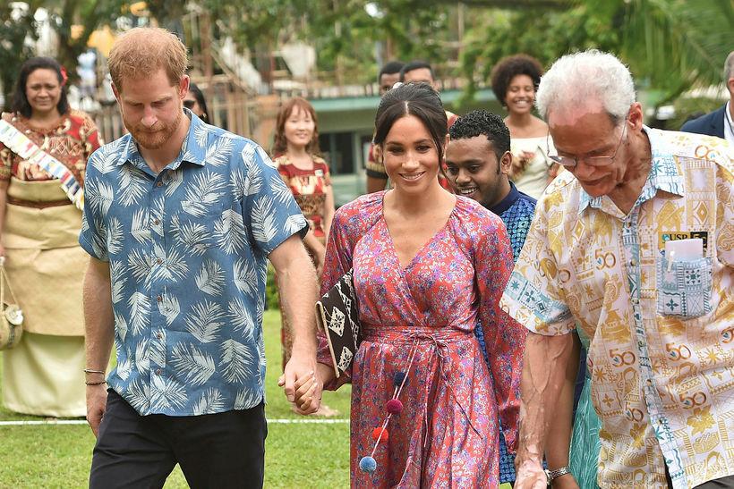 Meghan var með eyrnalokkana á formlegum kvöldverði í Fiji ferð …