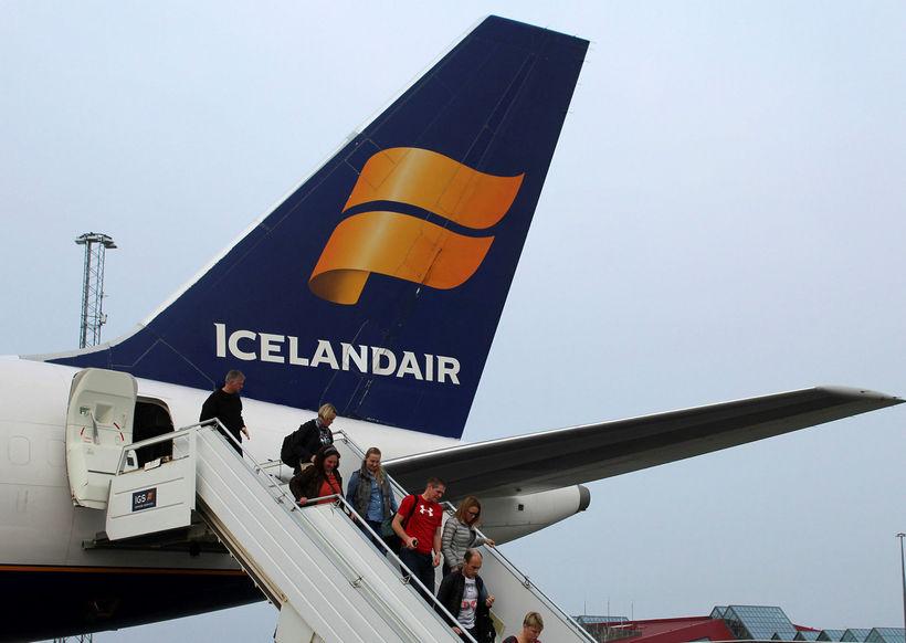 Farþegar á leið út úr flugvél Icelandair.