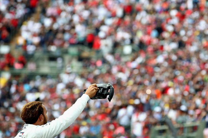 Lewis Hamilton fagnar titlinum í mótslok í Mexíkó.