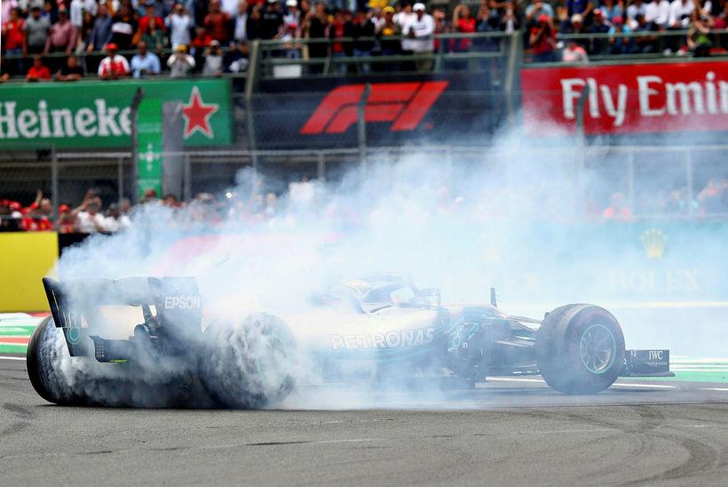 Lewis Hamilton brá á leik á innhring kappakstursins í Mexíkó, ...