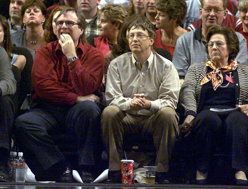 Bill Gates (í miðjunni) og Paul Allen (til vinstri) horfa ...