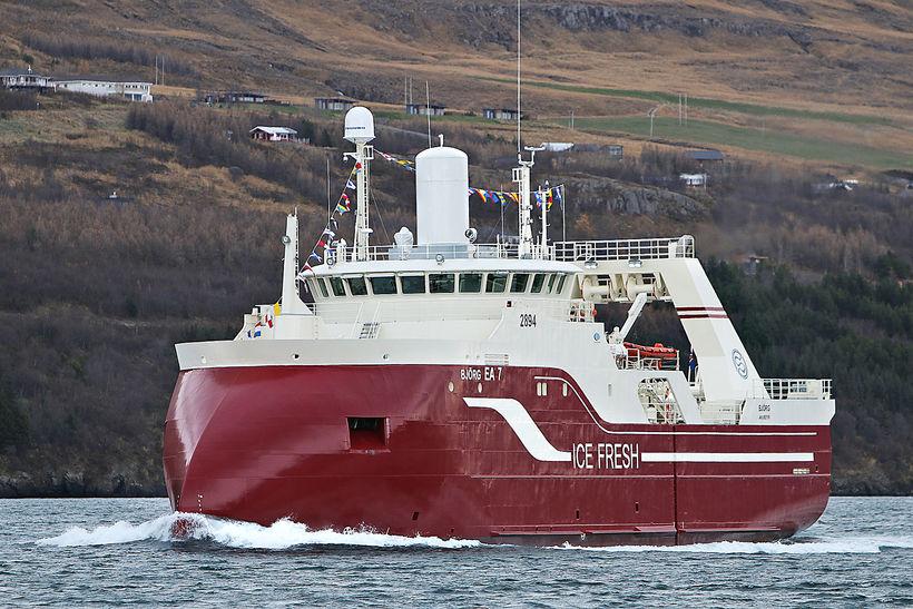 Björg EA á siglingu á Pollinum við Akureyri.