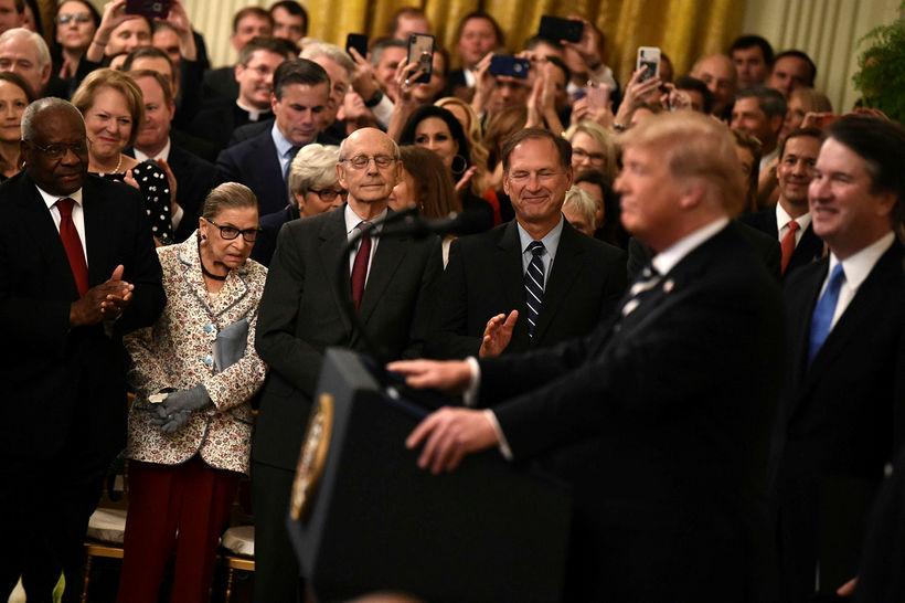 Ginsburg ásamt öðrum dómurum við Hæstarétt Bandaríkjanna og Donald Trump ...