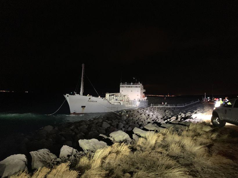Fjördvik rétt áður en skipið var dregið á flot og ...