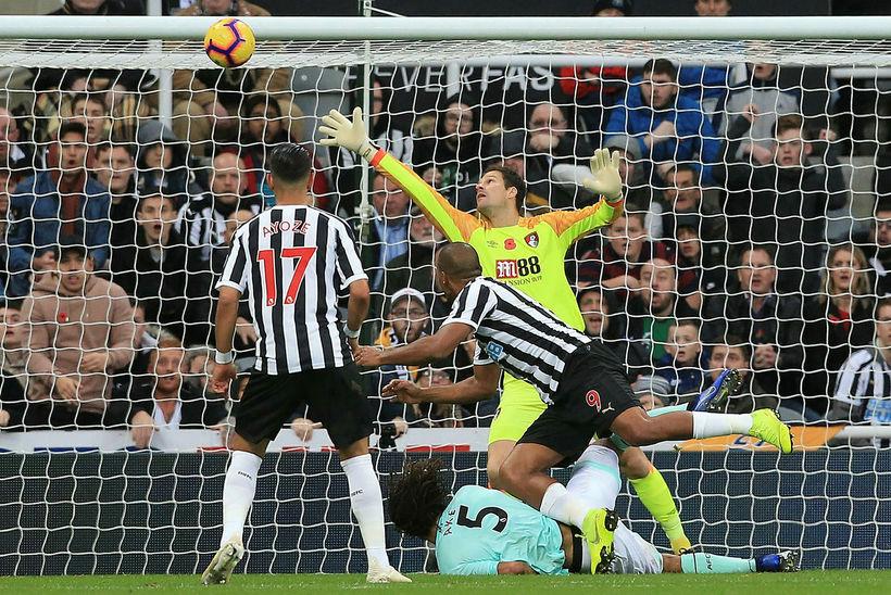 Salomon Rondon skorar annað mark sitt fyrir Newcastle í dag.