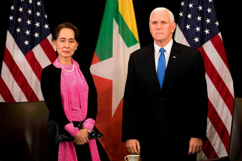 Mike Pence, varaforseti Bandaríkjanna, og Aung San Suu Kyi, leiðtogi ...