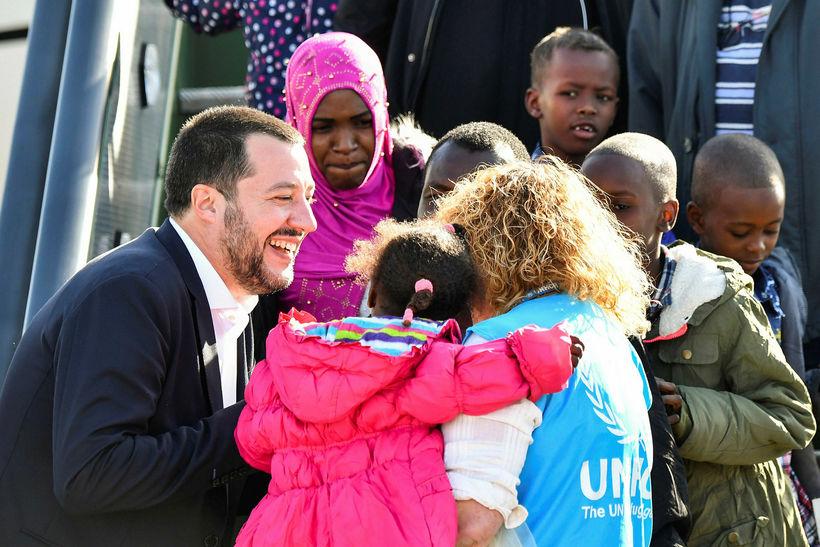 Innanríkisráðherra Ítalíu, Matteo Salvini, tók vel á móti þessum hóp …