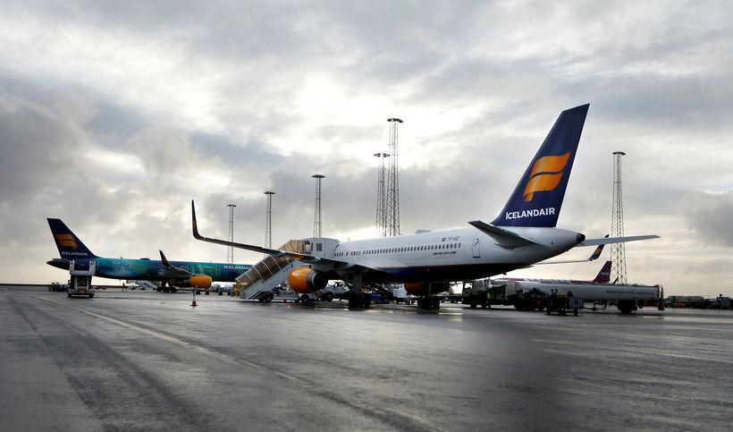 12 vélar frá Icelandair bíða á flugvellinum eftir að veður ...