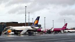 Bréf í Icelandair hafa hækkað í dag eftir að tilkynnt var um uppsagnir og samdrátt hjá WOW air.
