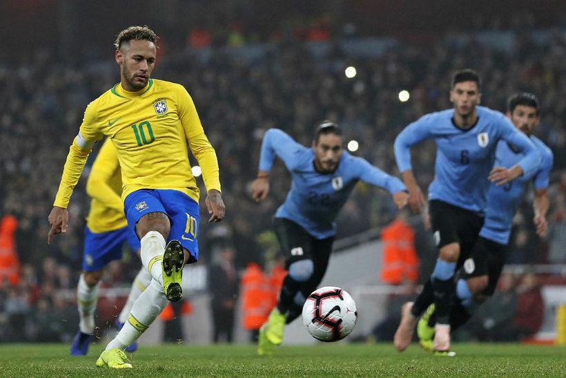 Neymar skorar sigurmarkið í London í kvöld.