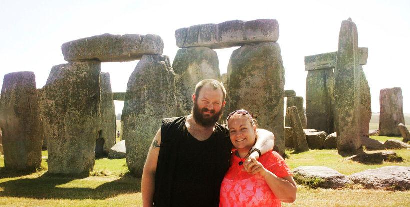 Katrín ásamt eiginmanni sínum, Hlyni, við Stonehenge, sem er í ...