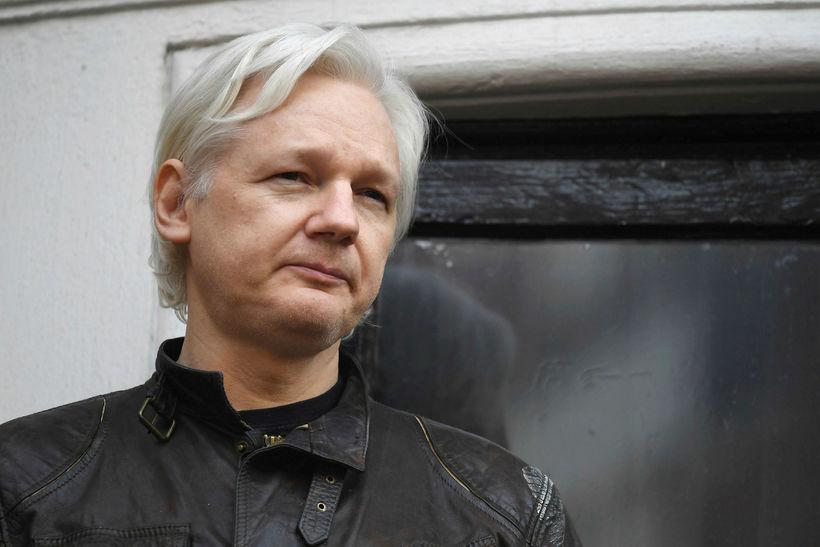 Assange hefur haldið til í sendiráði Ekvador í London síðan ...