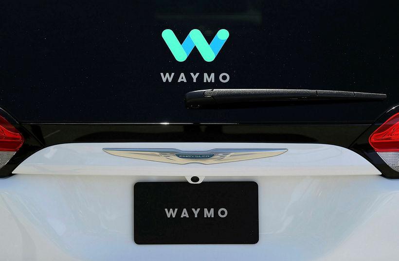 Sjálfakandi bíll frá Waymo, en 82.000 slíkir bílar eru á ...