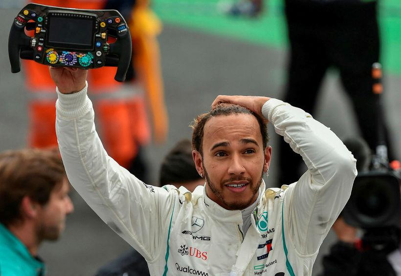 Lewis Hamilton missti tök á bílnum og ók yfir bannlínu ...