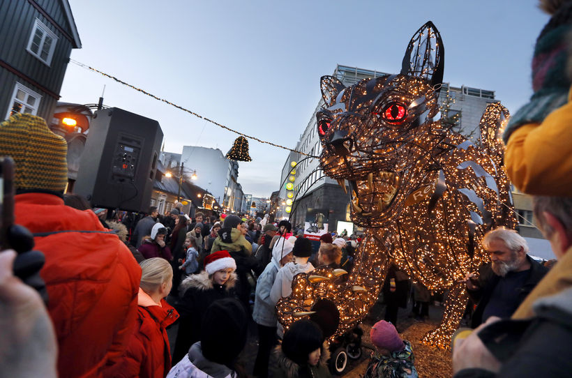 6.500 LED-lights are inside the yule cat.