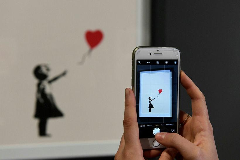 Stuttermabolir með þessu verki Banksy eru meðal þess sem til ...
