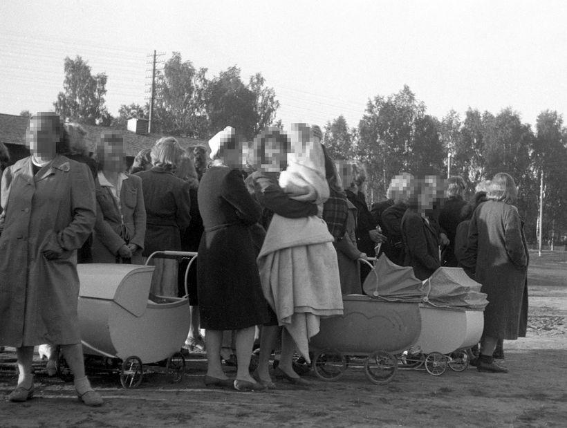 Á þessari mynd frá árinu 1945 sjást norskar konur ásamt ...