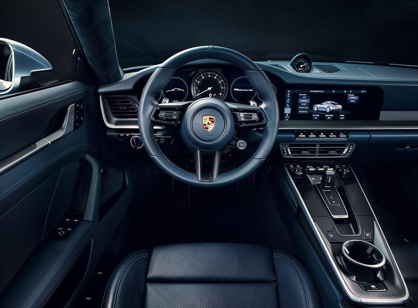 Vinnuaðstaða ökumanns í hinum nýja 911 Carrera er eins og ...