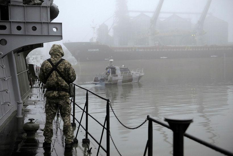 Úkraínskur hermaður stendur vaktina á herskipi í Azovhafi.