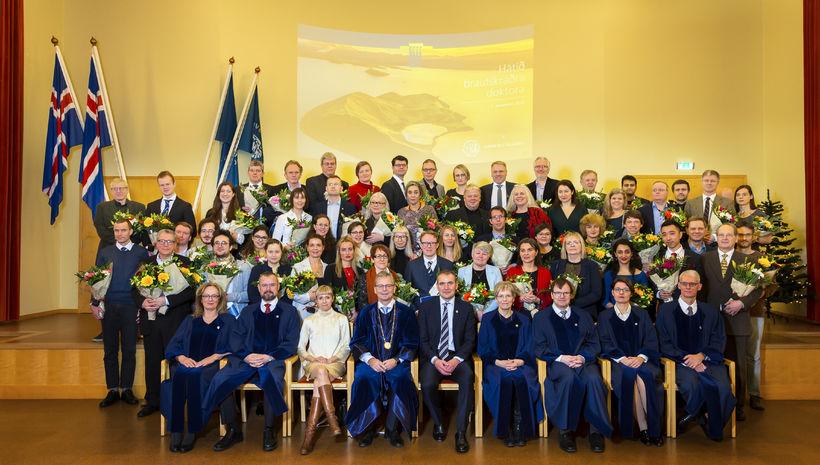 Doktorarnir og fulltrúar þeirra ásamt forseta Íslands, rektor Háskóla Íslands, ...