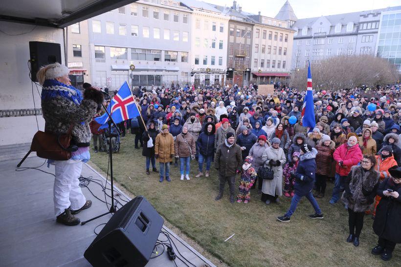 Fjölmennt en friðsamlegt á Austurvelli í dag.