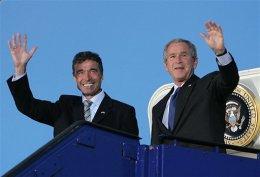 Rasmussen tekur á móti Bush á Kastrup flugvelli nú á …