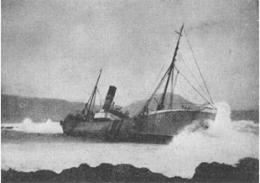 Hér gefur að líta franska síðutogarann Cap Fagnet er strandaði …