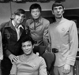 Spock (lengst til hægri) í hópi góðra Star Trek-félaga. Blóðið ...