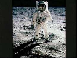 Neil Armstrong gengur um á tunglinu 20. júlí 1969. MIkil ...