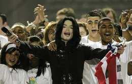 Michael Jackson syngur á verðlaunahátíð í Lundúnum 2006.