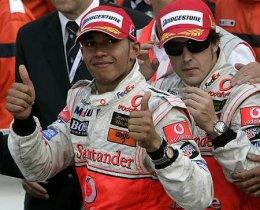 Fernando Alonso og Lewis Hamilton fagna árangrinum í Mónakó.