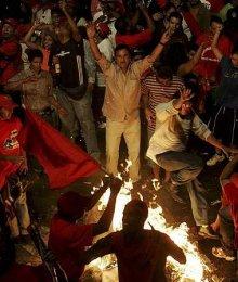 Stuðningsmenn Hugo Chavez, forseta Venesúela, fagna á götum Caracas eftir ...