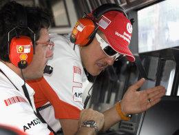 Schumacher óhress á stjórnborði Ferrari í móti.