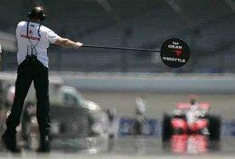 Alonso á leið til að skipta um dekk í Indianapolis.