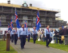 Skátar gengu að minnisvarða Jóns Sigurðssonar á Austurvelli.