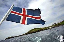 Stóriðjumótmælendur höfðu ritað mótmæli sín á íslenska fánann.
