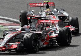 Mjótt var lengi milli Alonso og Hamilton en í Ferraribílana ...