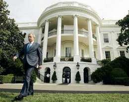 George W. Bush við Hvíta húsið