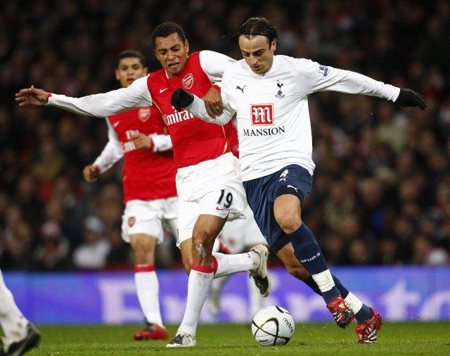 Gilberto og Dimitar Berbatov berjast um knöttinn í leik Arsenal …