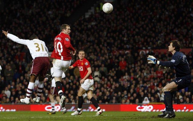 Wayne Rooney skorar fyrsta mark Manchester United framhjá Jens Lehmann.