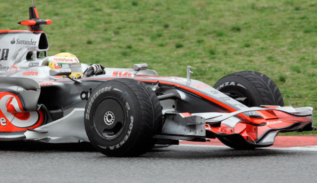 Hamilton á McLarenbílnum í Barcelona í dag.