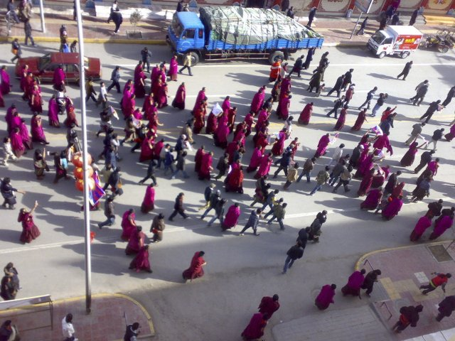 Frá mótmælum tíbetskra munka í Amdo Labrang, í Tíbet í …