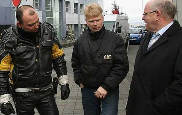 Sturla Jónsson, í miðið, ásamt Árna Friðleifssyni, lögregluvarðstjóra og Kristjáni ...