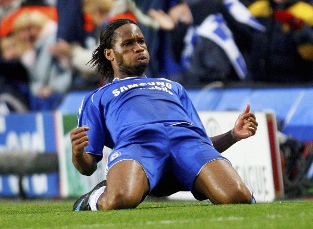 Didier Drogba fagnar marki sínu á Stamford Bridge í kvöld.