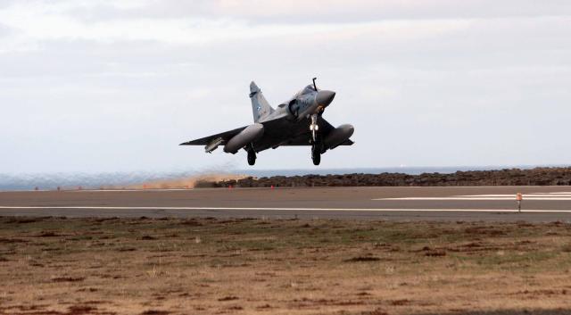 Ein af Mirage flugvélunum lendir á Keflavíkurflugvelli í dag.